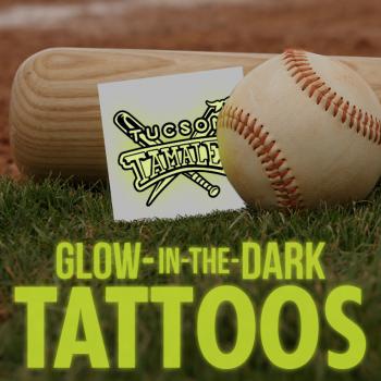 Tatuajes temporales luminicentes brillan en la oscuridad